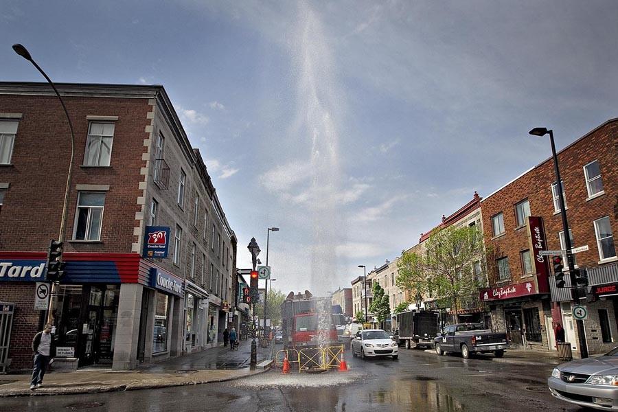 Un «geyser» de plus de dix mètres a... (Photo: Patrick Sanfaçon, La Presse)