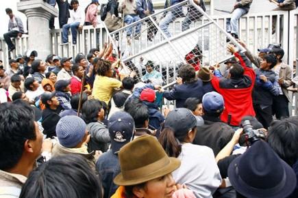 Les indiens ont protesté aux abords du bâtiment... (Photo: Reuters)