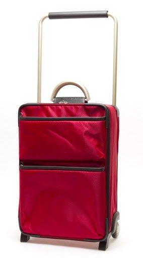 C'est actuellement la valise la plus légère sur le marché: 1,92 kg (4,23 lb). Faite de matière ultra résistante utilisée dans l'industrie aéronautique, elle est dotée d'une large poignée en aluminium. Les roulettes encastrées assurent stabilité et bonne maniabilité, tandis que l'intérieur entièrement doublé offre une bonne protection du contenu. De la société International Traveler de Londres, mais fabriquée en Chine. Dimensions: 48 X 33 X 18 cm. Rouge ou noir. 69,99$, chez Jet -Setter. | 1 mars 2011