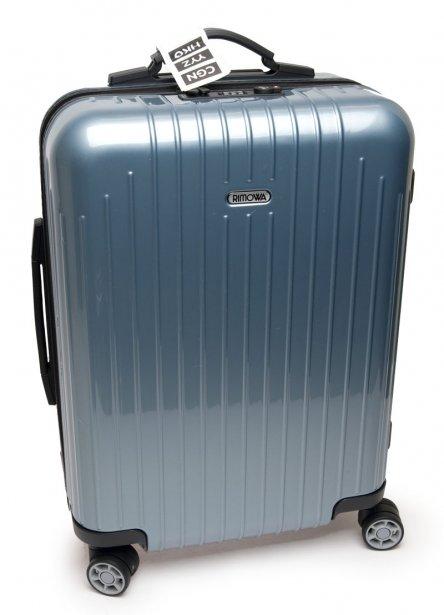 La Salsa de Rimowa est faite de pur polycarbonate, un matériau à la fois résistant et flexible. Avec un design rainuré, unique en son genre, la valise est dotée de quatre roues (roulement à bille) et demeure légère (2,4 kg ou 5,3 lb). De conception allemande, mais fabriquée au Canada, elle est munie d'une serrure à combinaison. La Salsa de luxe comprend aussi une attache pour sac et un intérieur compartimenté. Dimensions: 55 X 40 X 20 cm. Version de luxe: 525$, chez Jet-Setter. 475$, Taschen - Chez Ogilvy (aquamarine ou violet) ou Jet- Setter (or, brun ou violet) | 1 mars 2011