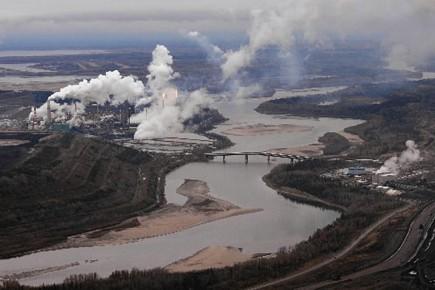 Vue aérienne des installations d'extraction de pétrole des... (Photo AFP)