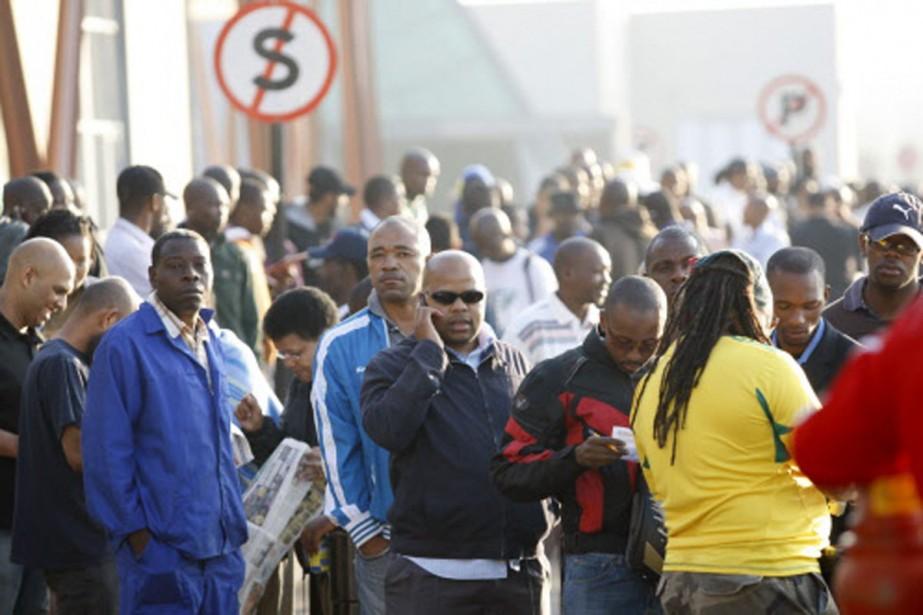Des Sud-africains font la file pour acheter leurs... (Photo: Reuters)