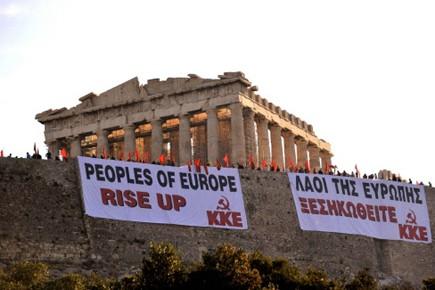 Des manifestants grecs protestent contre les mesures d'austérité... (Photo AP)