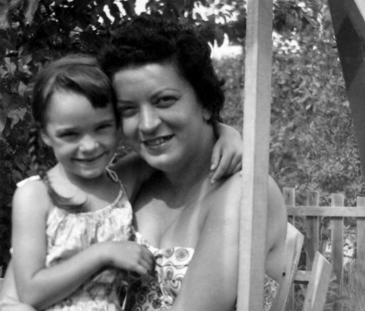 Marguerite Poulin dans les bras de mère, Marguerite... (PHOTO FOURNIE PAR L'AUTEURE)
