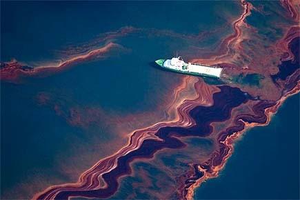 800 000 litres de pétrole se déversent chaque... (Photo: Reuters)