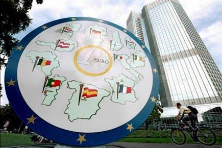 Une sculpture de l'Euro devant le siège de... (Photo AFP)