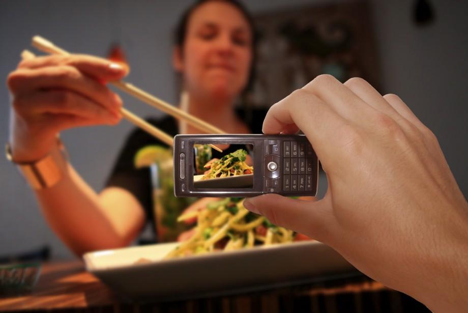 Quand elle est assise au restaurant et que le serveur... (Photomontage La Presse)