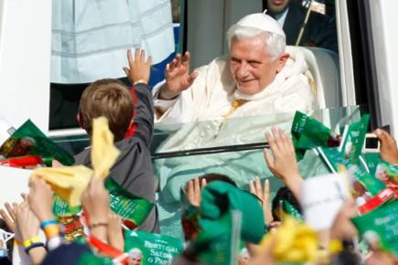 Applaudi sur tout son parcours, Benoît XVI, tout... (Photo: AP)
