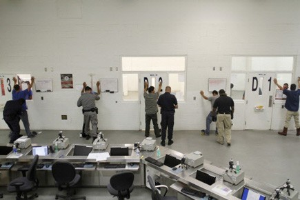 Des immigrants sans papiers sont fouillés par des... (Photo Reuters)