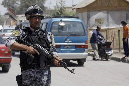 Un policier monte la garde à un checkpoint,... (Photo d'archives Reuters)