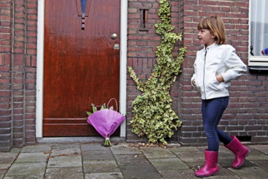 Une gerbe de fleurs a été déposée devant... (Photo: AFP)