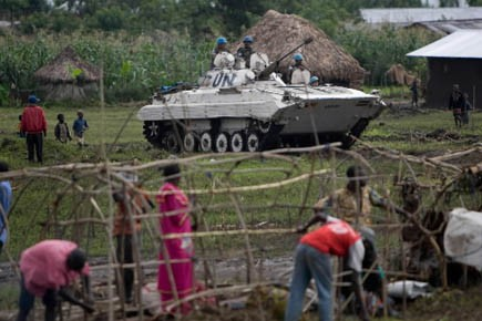 Un char de la Monuc dans un village.... (Photo d'archives AFP)