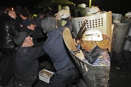 Des manifestants affrontent la police alors qu'ils demandaient... (Photo AP)