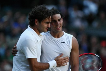 Roger Federer félicite Rafael Nadal qui l'a battu... (Archives AFP)