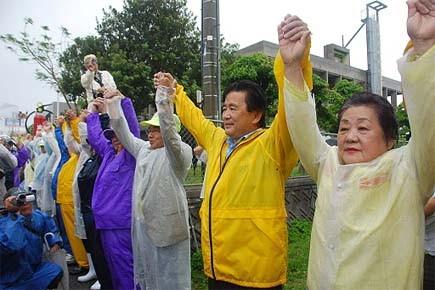 Formant une chaîne humaine, quelque 17 000 personnes... (Photo: AFP)