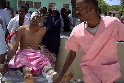 L'un des blessés à Mogadiscio est transporté à... (Photo: AP)