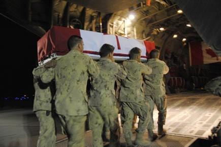 Des soldats canadiens embarquent la dépouille de Kevin... (Photo: Tara Brautigam, PC)