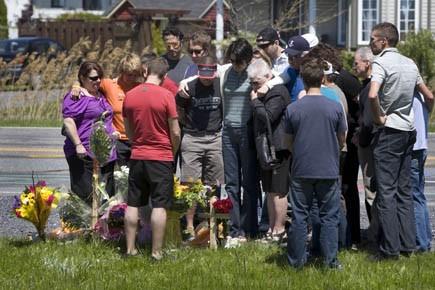 Les proches des trois cyclistes tuées vendredi à... (Photo Robert Skinner, La Presse)
