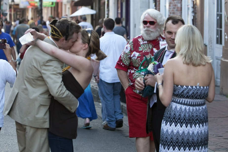 Le baiser de Bourbon Street, sous le regard... (Photo: Robert Skinner, La Presse)