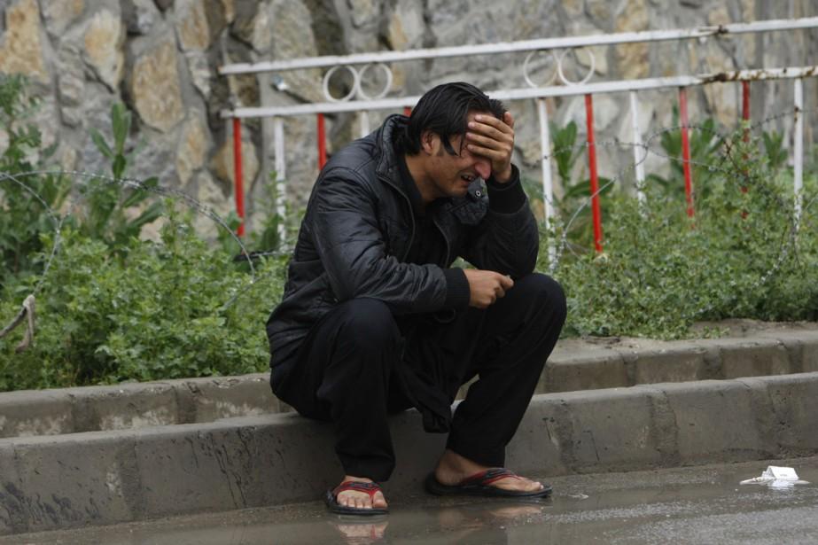Un homme pleure à l'extérieur de l'aéroport de... (Photo: AP)