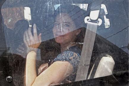La missionnaire américaine Laura Silsby quittant le palais... (Photo: AFP)