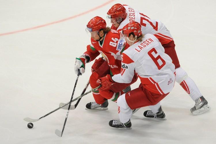 Mikhail Grabovski, du Bélarus, tente de se faufiler... (Photo: AFP)