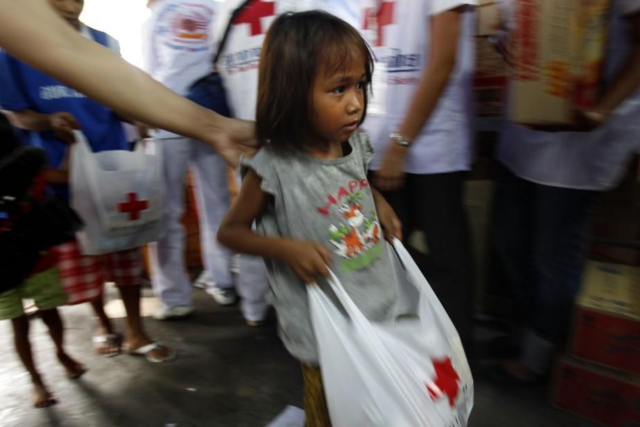 Une fillette transporte un sac de matériel médical... (Photo: Reuters)