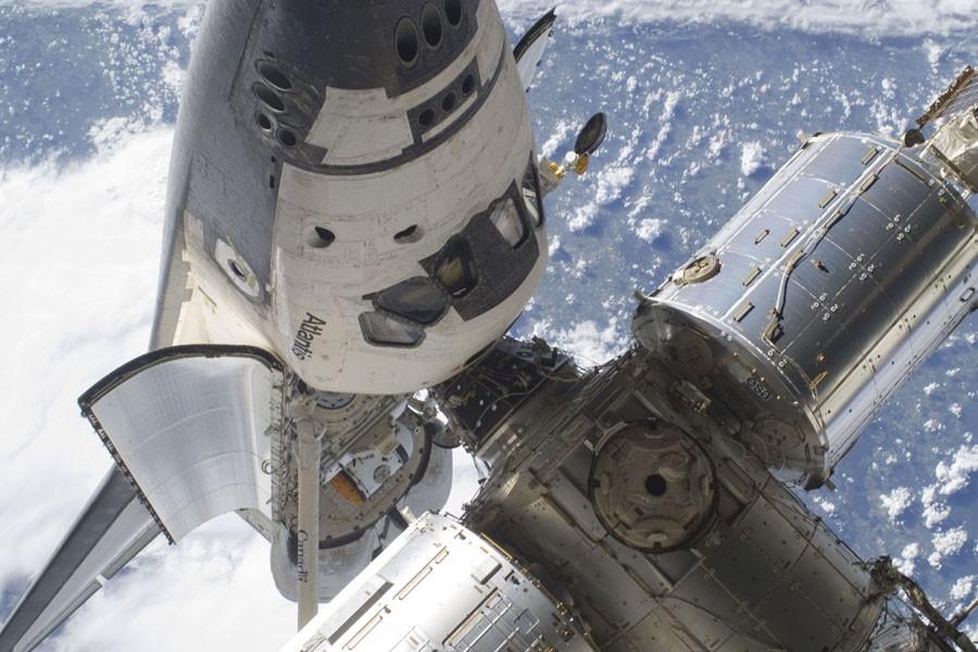 La navette Atlantis, amarrée à la Station spatiale... (Photo: AP)