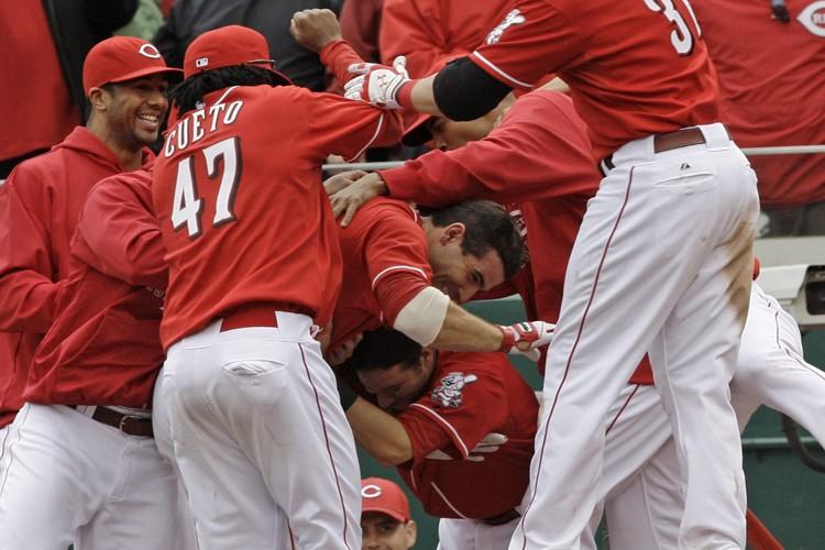 Joey Votto a été submergé par ses coéquipiers... (Photo: AP)