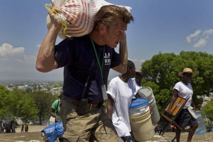 Sean Penn transporte un sac de vivres dans... (Photo: AP)