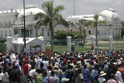 Des protestataires manifestent devant les ruines du Palais... (Photo: Reuters)