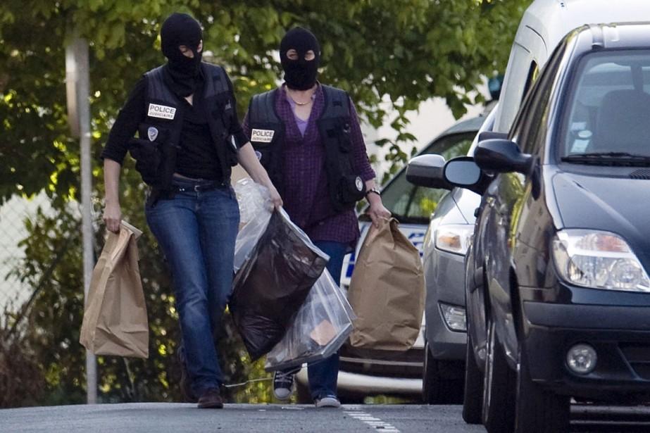Cagoulés, des policiers français perquisitionnent une maison de... (Photo: Reuters)