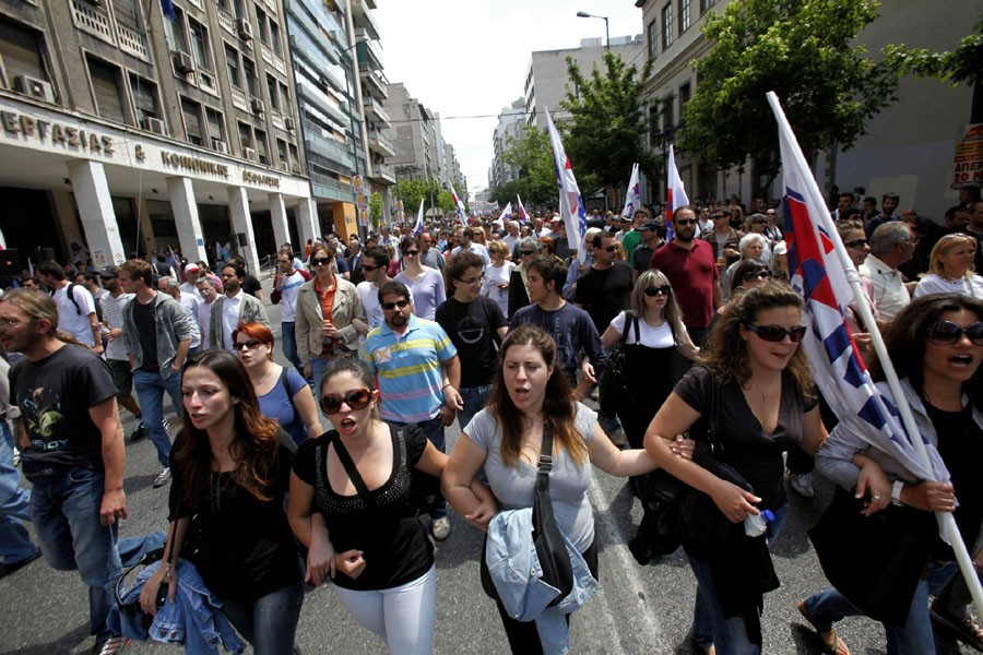 Des Grecs manifestent devant le ministère du Travail,... (Photo: AP)