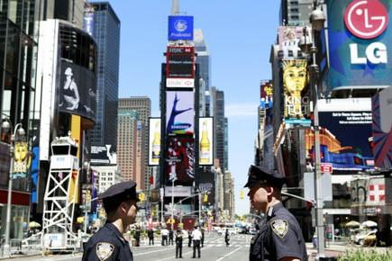 Des policiers surveillent Times Square.... (Photo Reuters)