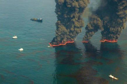 Des nappes de pétrole sont incendiées pour réduire... (Photo AFP)