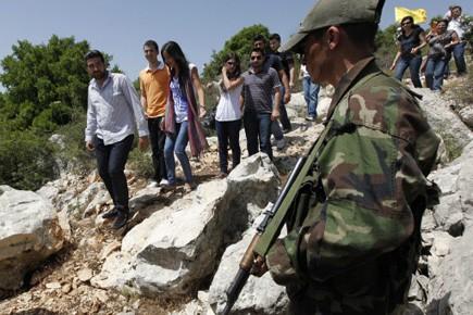 Des étudiats libanais sur le site où Hadi,... (Photo AP)