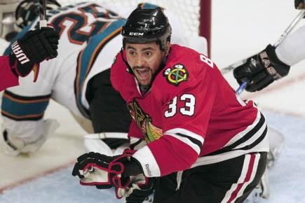 Le gros attaquant des Blackhawks de Chicago, Dustin... (Photo: Jeff Haynes, Reuters)