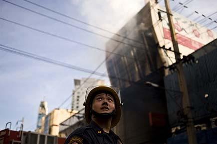 Un soldat se tient devant une banque en... (Photo: archives AFP)