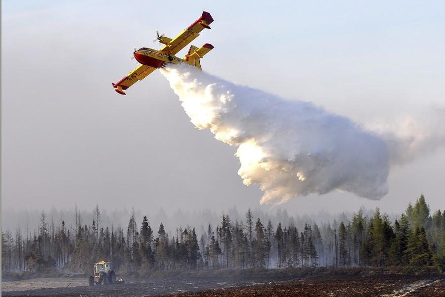 Les avions-citernes sont venus aider les pompiers au... (Photo: Pierre Rochette, collaboration spéciale, Le Soleil)