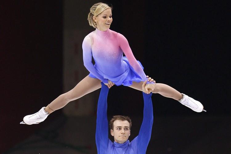 Anabelle Langlois soulevée par son partenaire Cody Hay.... (Photo: PC)