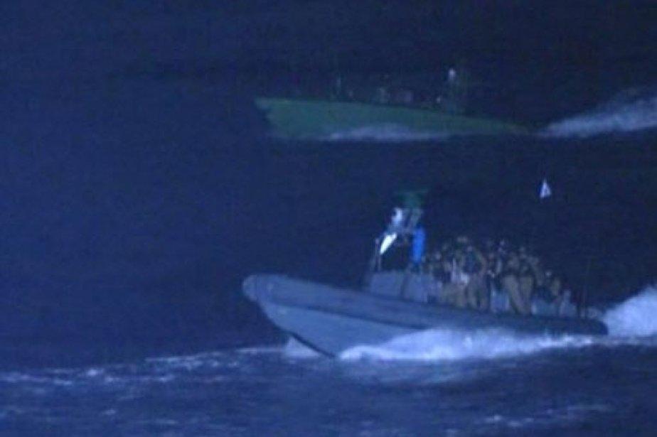 Un bateau de larmée israélienne s'approche du navire... (AFP)