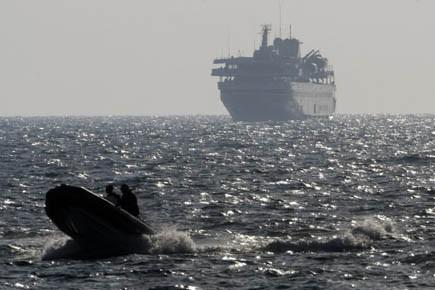 Un bateau de l'armée israélienne escorte le navire... (Photo AFP)