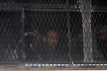 Un activiste arrêté arrive, dans un bus, à... (Photo Reuters)