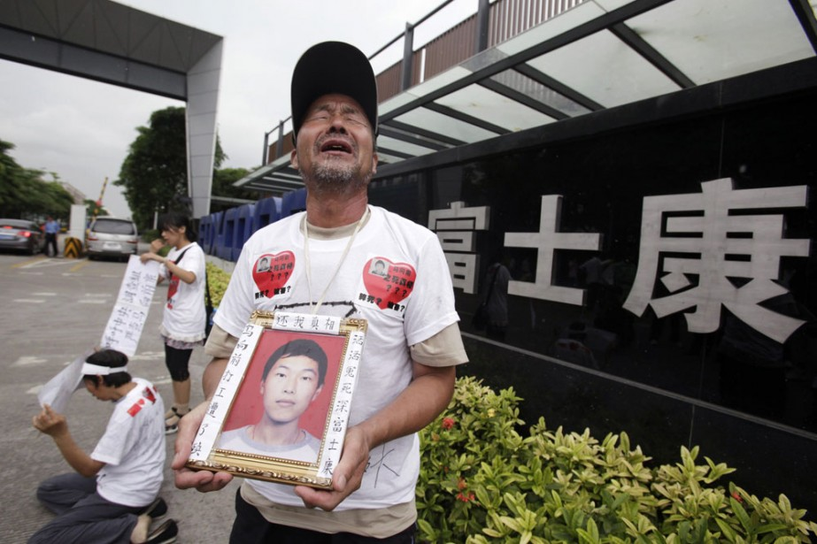 Ma Zishan pleure la mort de son fils... (Photo: Reuters)