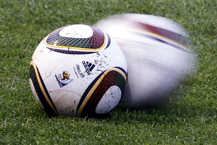 Le Jabulani, le ballon officiel de la Coupe... (Photo: Reuters)