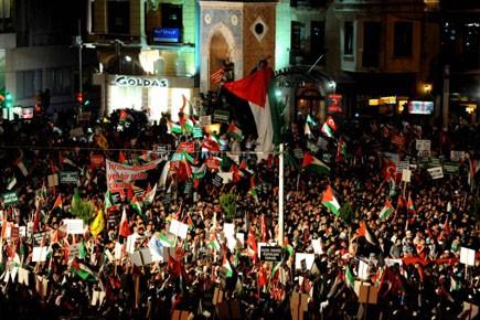 Des milliers de manifestants se sont massés sur... (Photo: AFP)