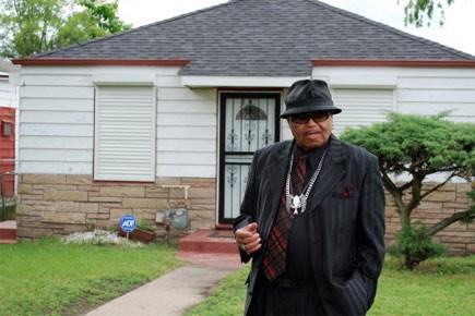 Joe Jackson pose devant l'ancienne maison familiale à... (Photo: AFP)