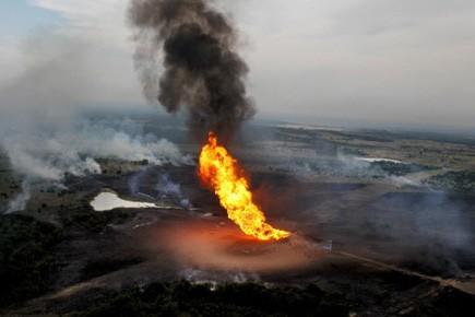 Des flammes provoquées par l'explosion à Cleburne, au... (Photo AP)
