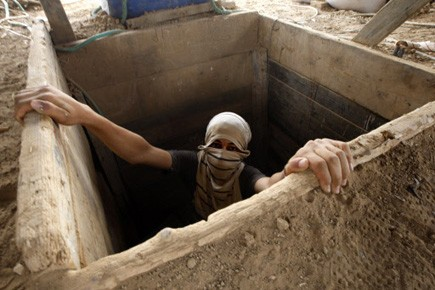 Un Palestinien sort d'un tunnel qui mène de... (Photo AFP)