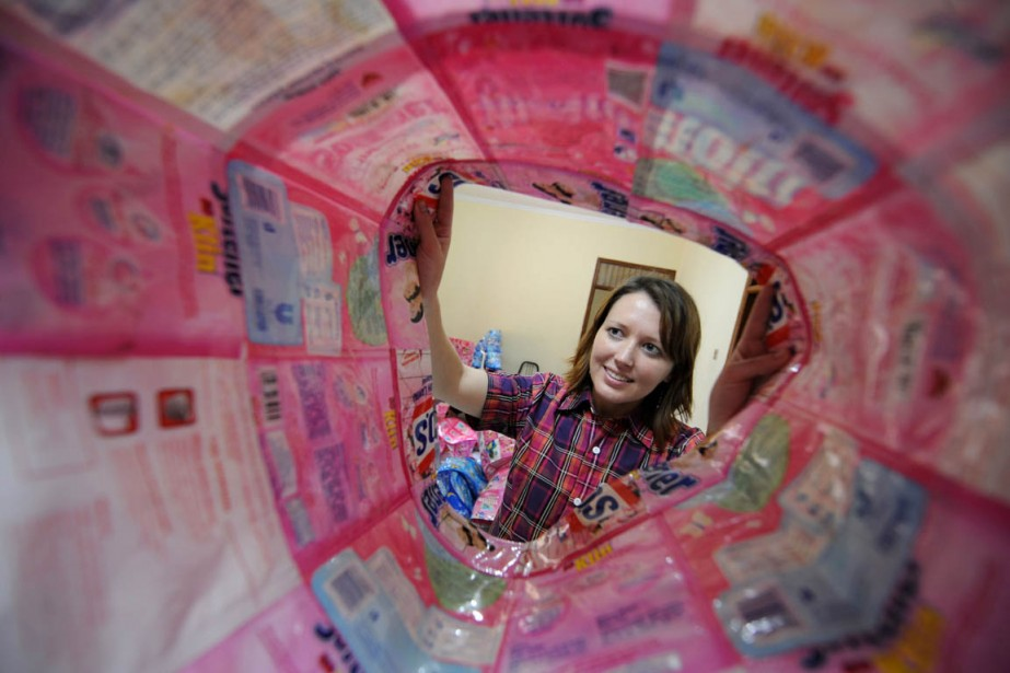 La designer australienne Jessica Dunn inspecte un sac... (Photo: AFP)